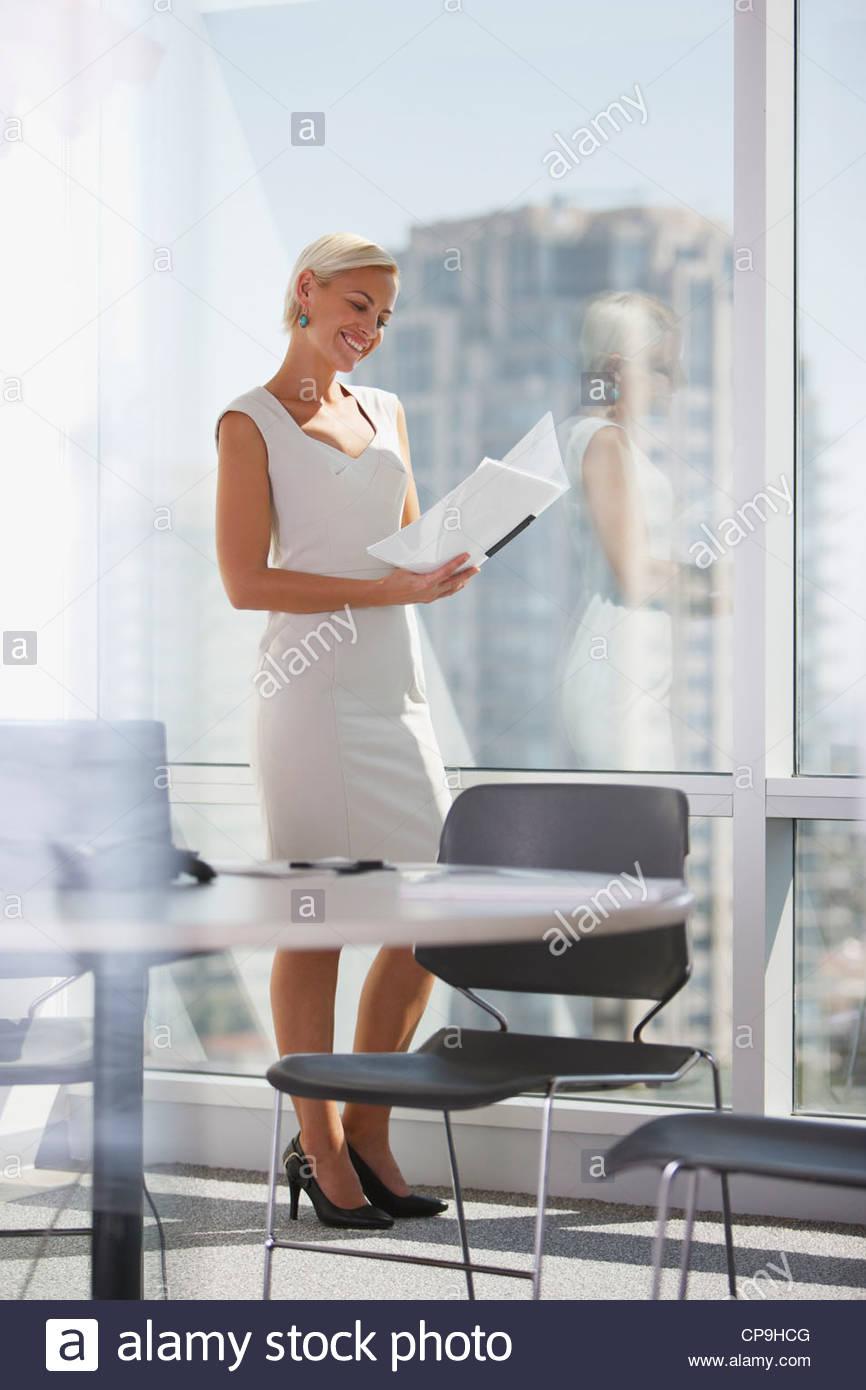 30-34 ans,ambition,binder,business,tenue d'affaires, businesswoman,california,portrait,couleur,contrôle Photo Stock