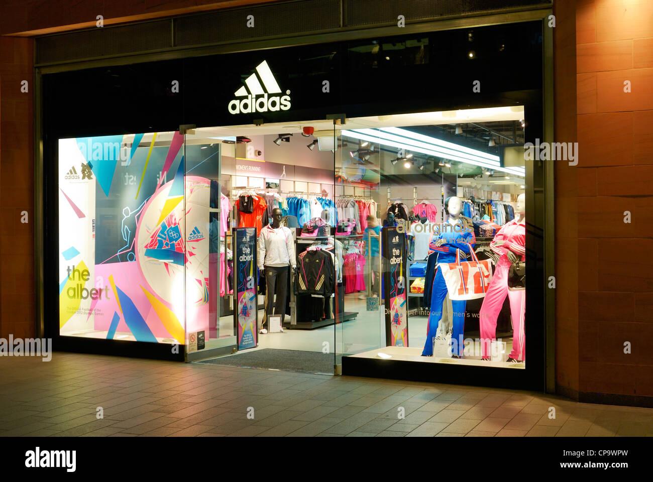 caba976cfa Magasin de sport Adidas est éclairée la nuit Banque D'Images, Photo ...