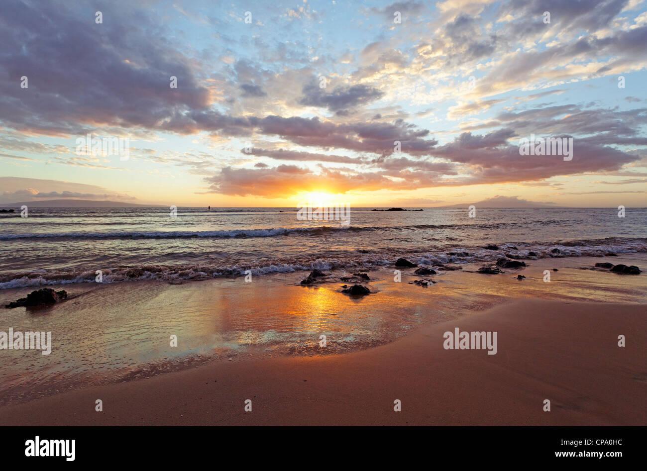 Coucher du soleil à Cove Beach Park, Kihei, Maui, Hawaï. Photo Stock