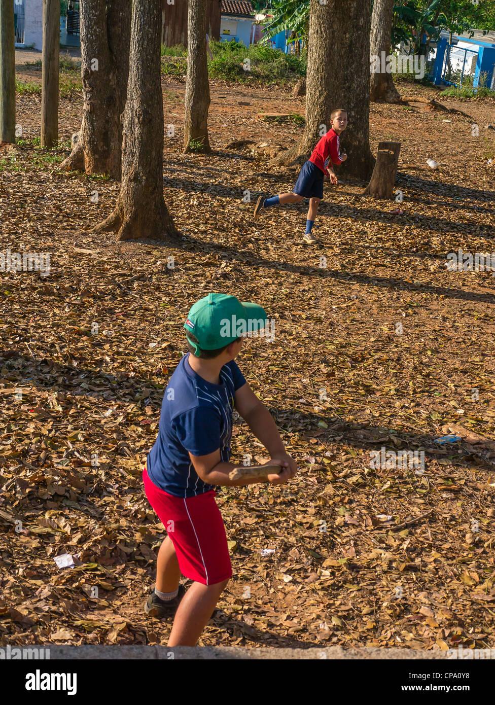 Deux garçons jouer ball stick avec un bâton de baseball pour une chauve-souris et une bouteille d'ordonnance Photo Stock