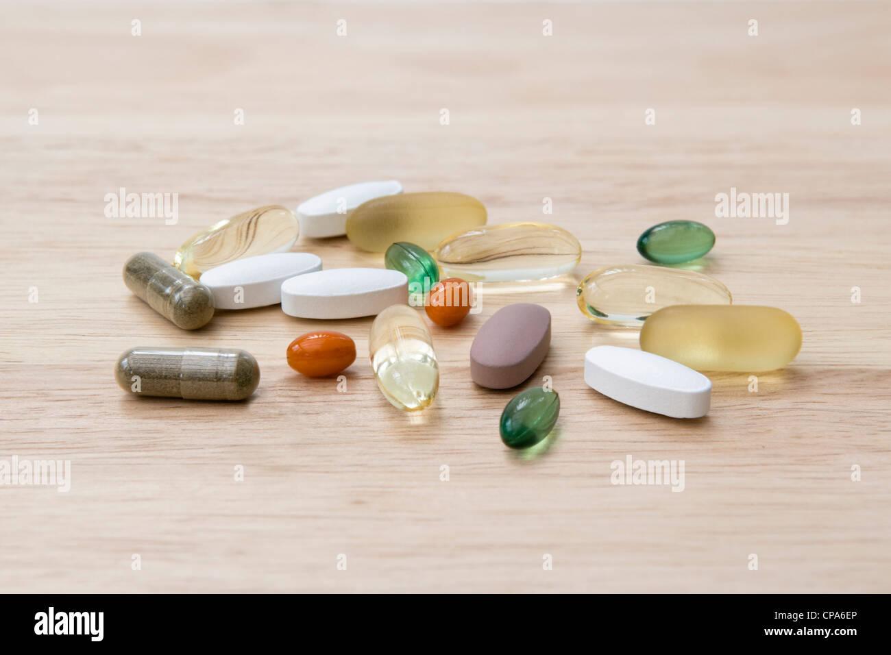 Sélection de suppléments de vitamine (oméga 3, Co-enzyme Q10, menthe, chondroïtine, ginkgo et ginseng) sur planche Banque D'Images