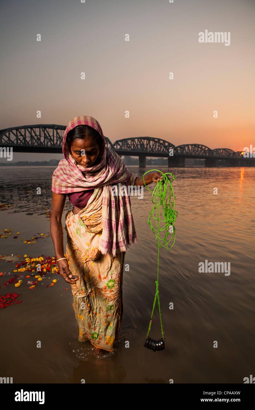 Vieille Femme des par aimant dans inDakshineswarKolkata la rivière Hooghly Ghat, Bengale occidental, Inde Photo Stock