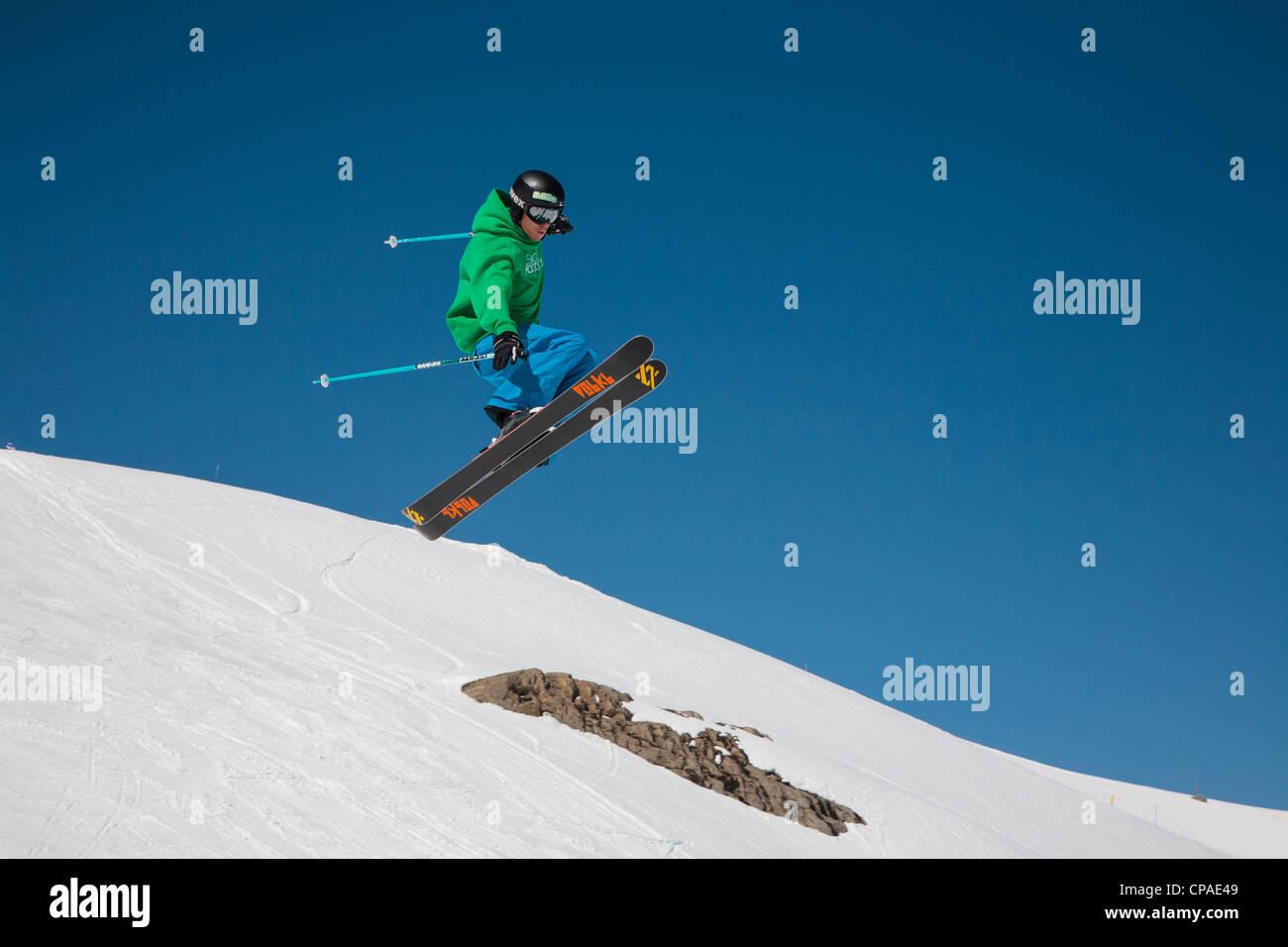 Un skieur de style libre exécute un saut et twist contre un ciel bleu clair. 3 de 4. Photo Stock