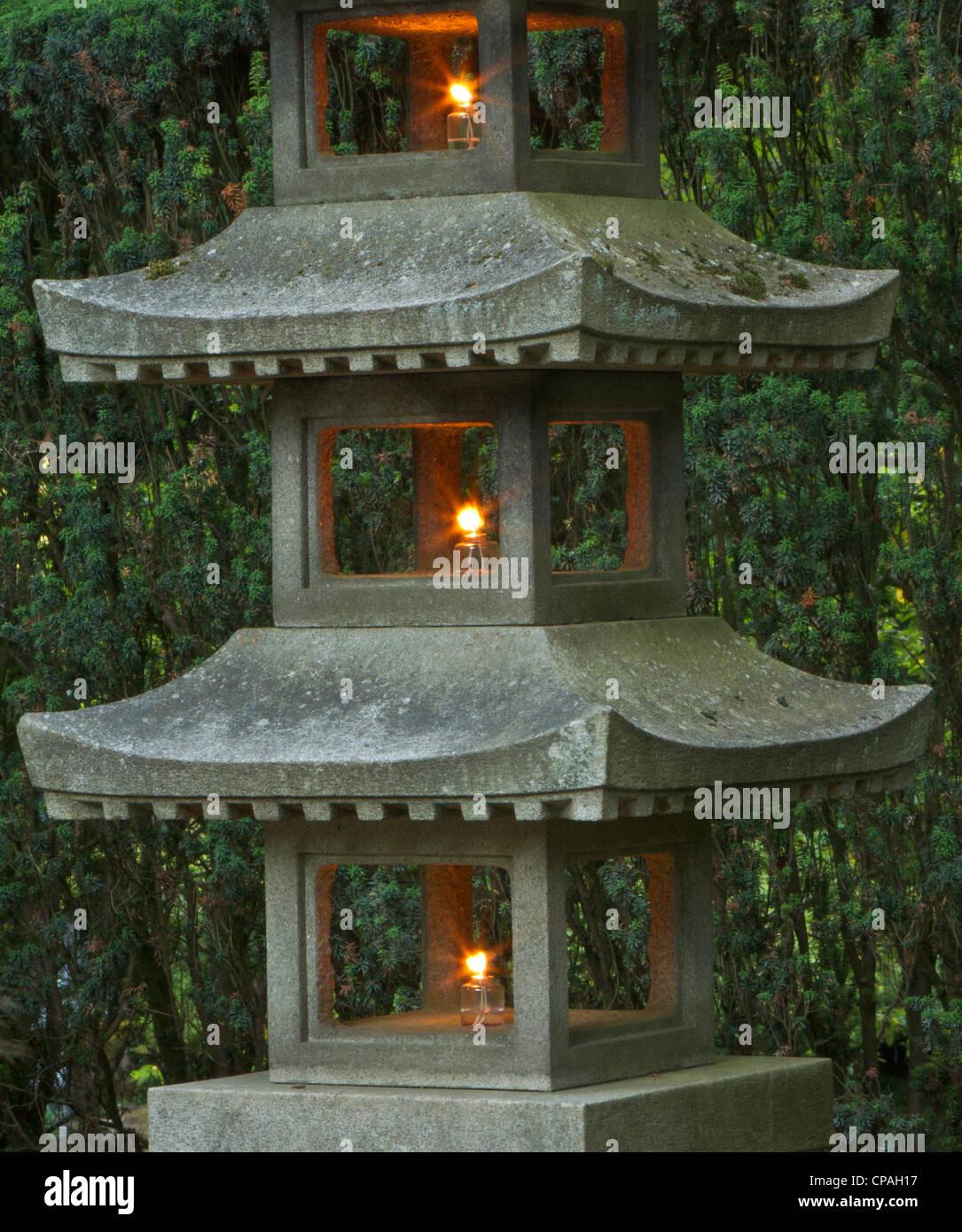 La pagode en pierre illumin lanterne dans le jardin for Jardin japonais lanterne