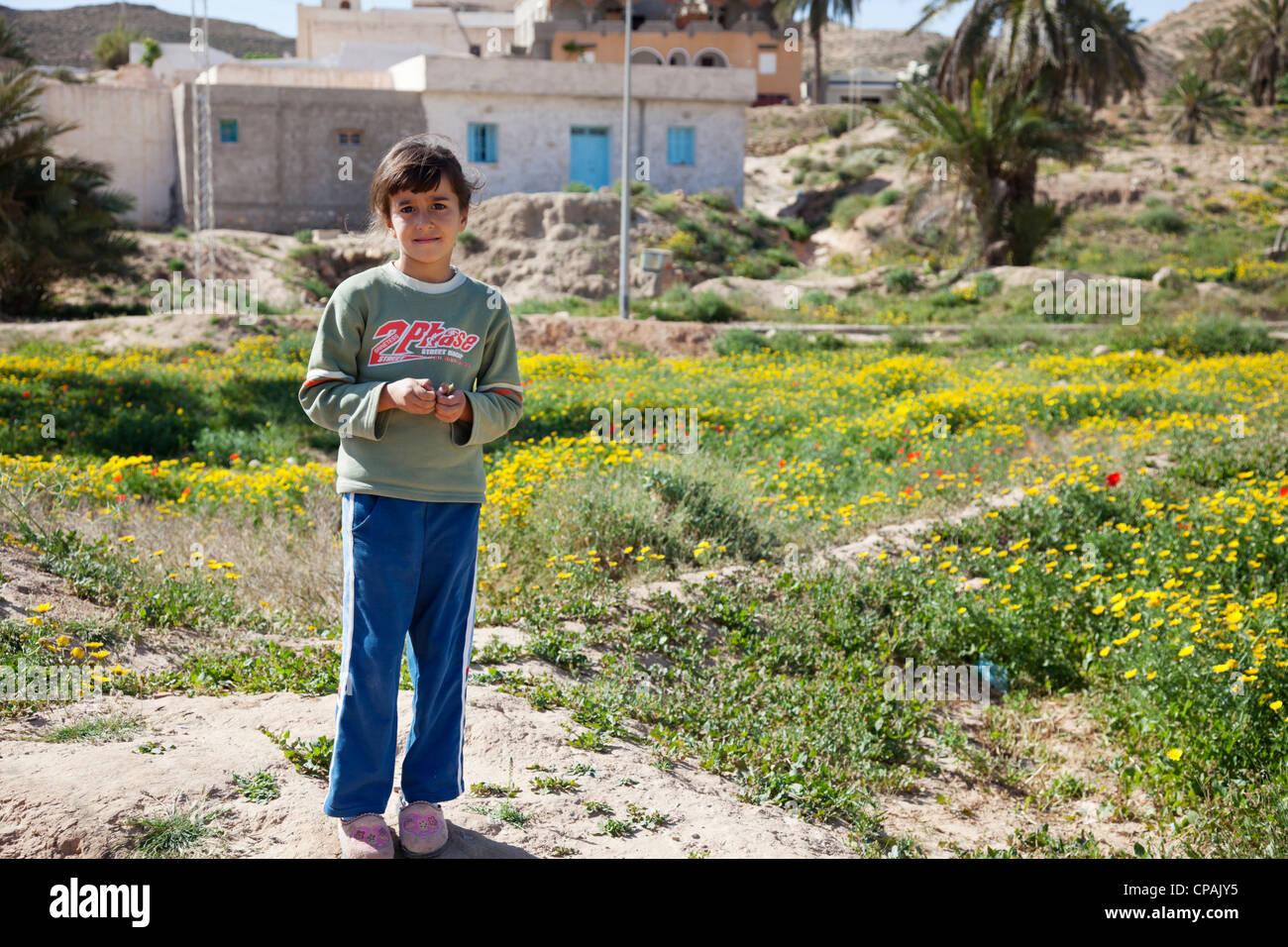 1db1c27f4147 Petite fille tunisienne dans un petit village dans le sud de la Tunisie.  Photo Stock
