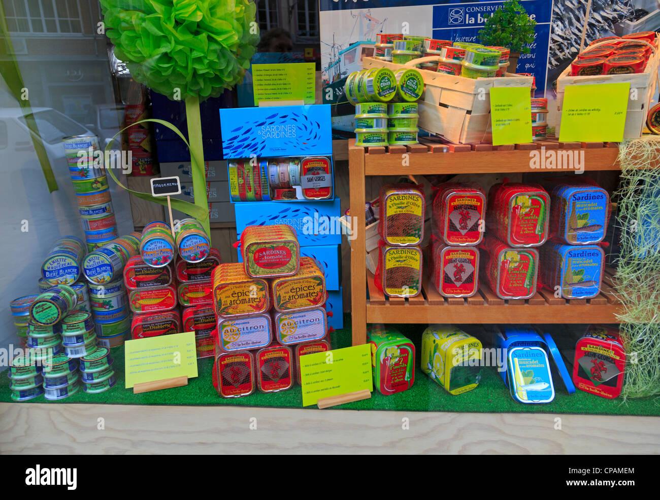 L'affichage des boîtes de sardines à l'dans un magasin à Honfleur. Les produits locaux sont Photo Stock