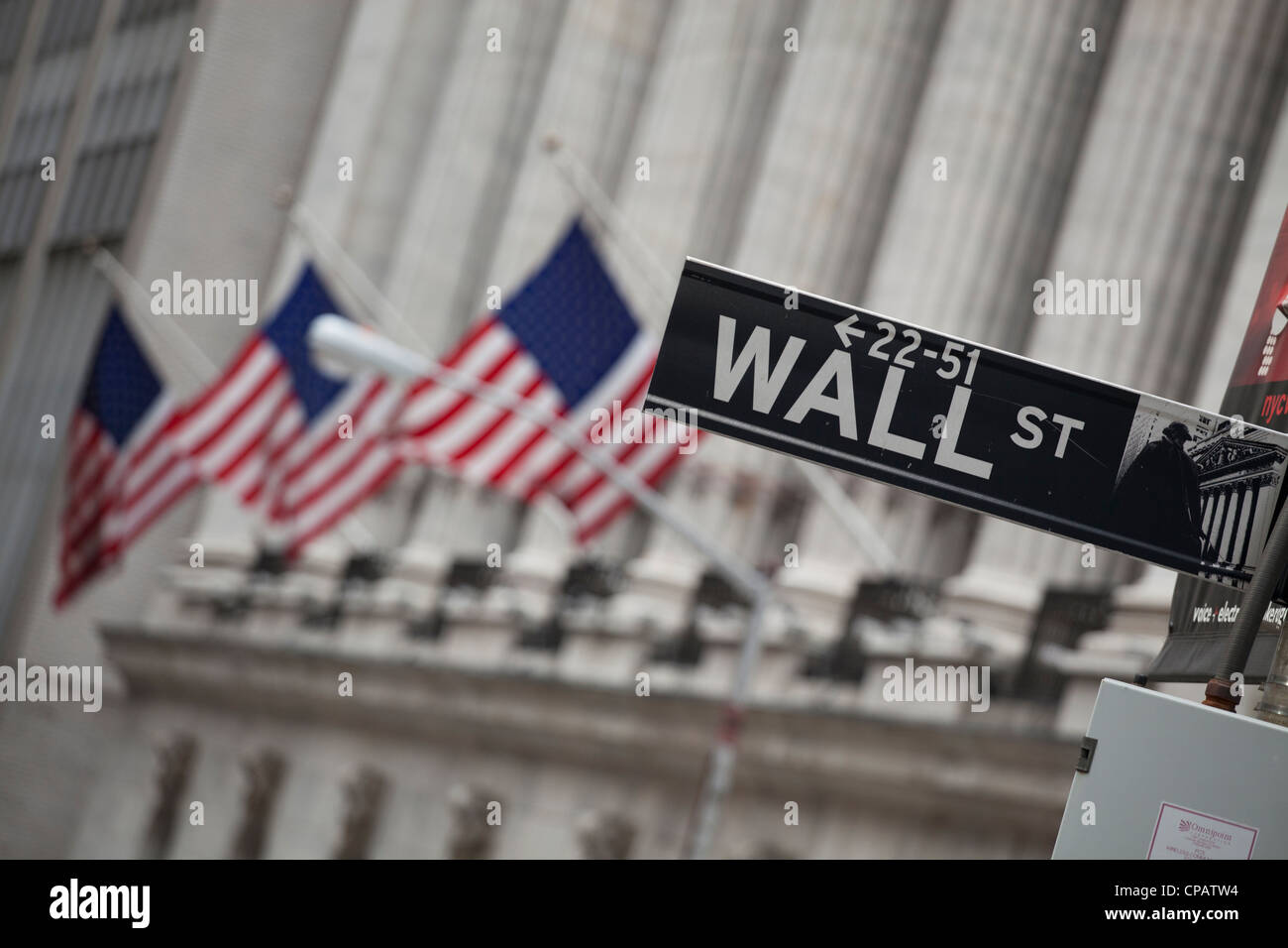 Wall Street sign in front of New York Stock Exchange à Manhattan, New York City Photo Stock