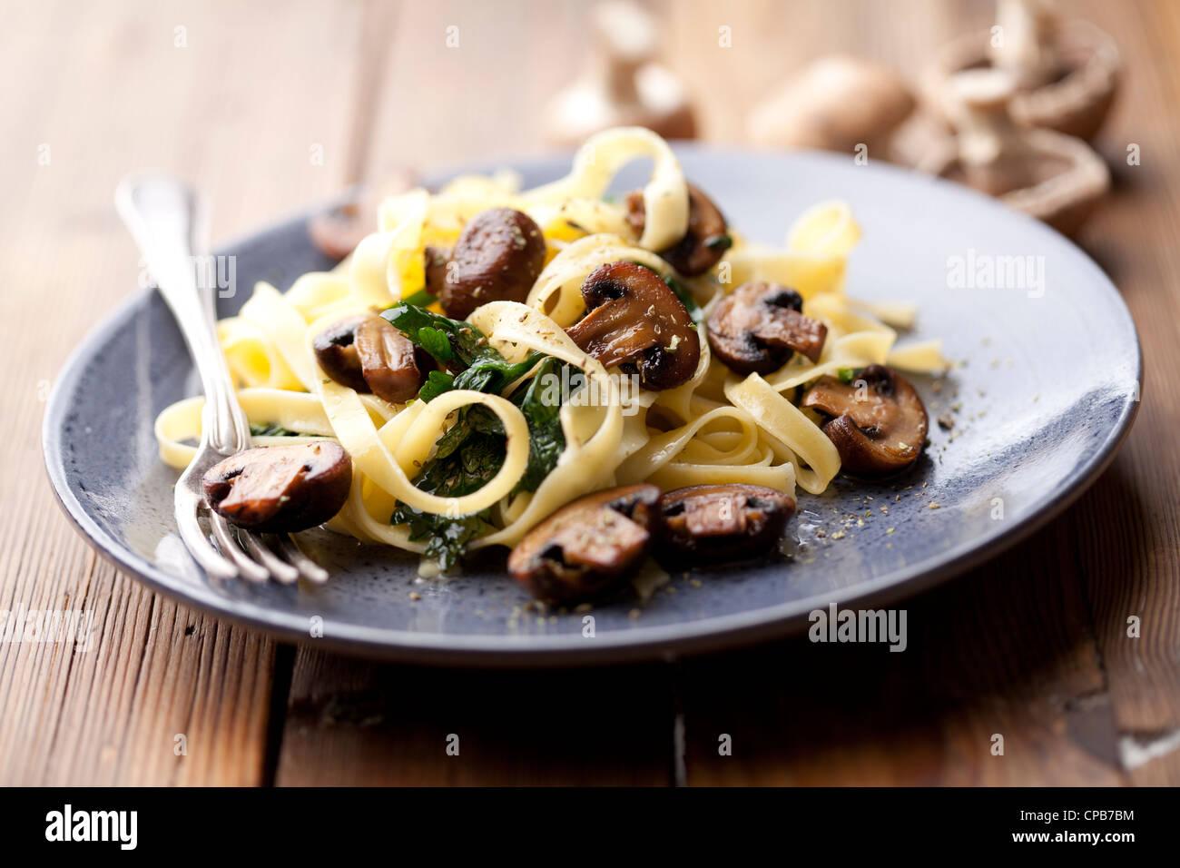 Tagliatelles fraîches aux champignons et spicach Photo Stock