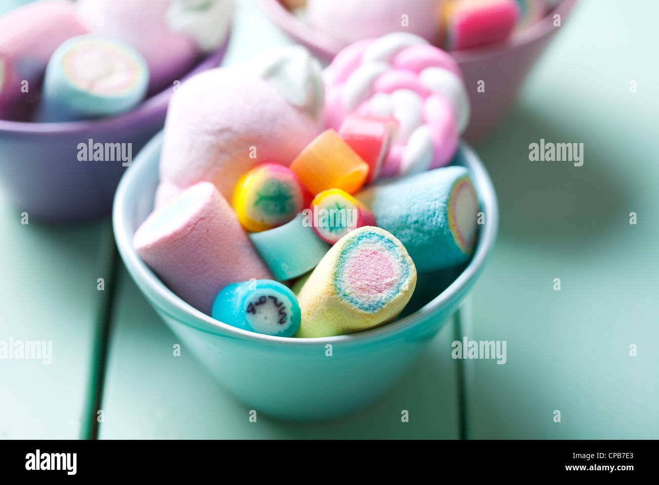 Bol plein de pastel colorés marshmellows et rock candy Photo Stock