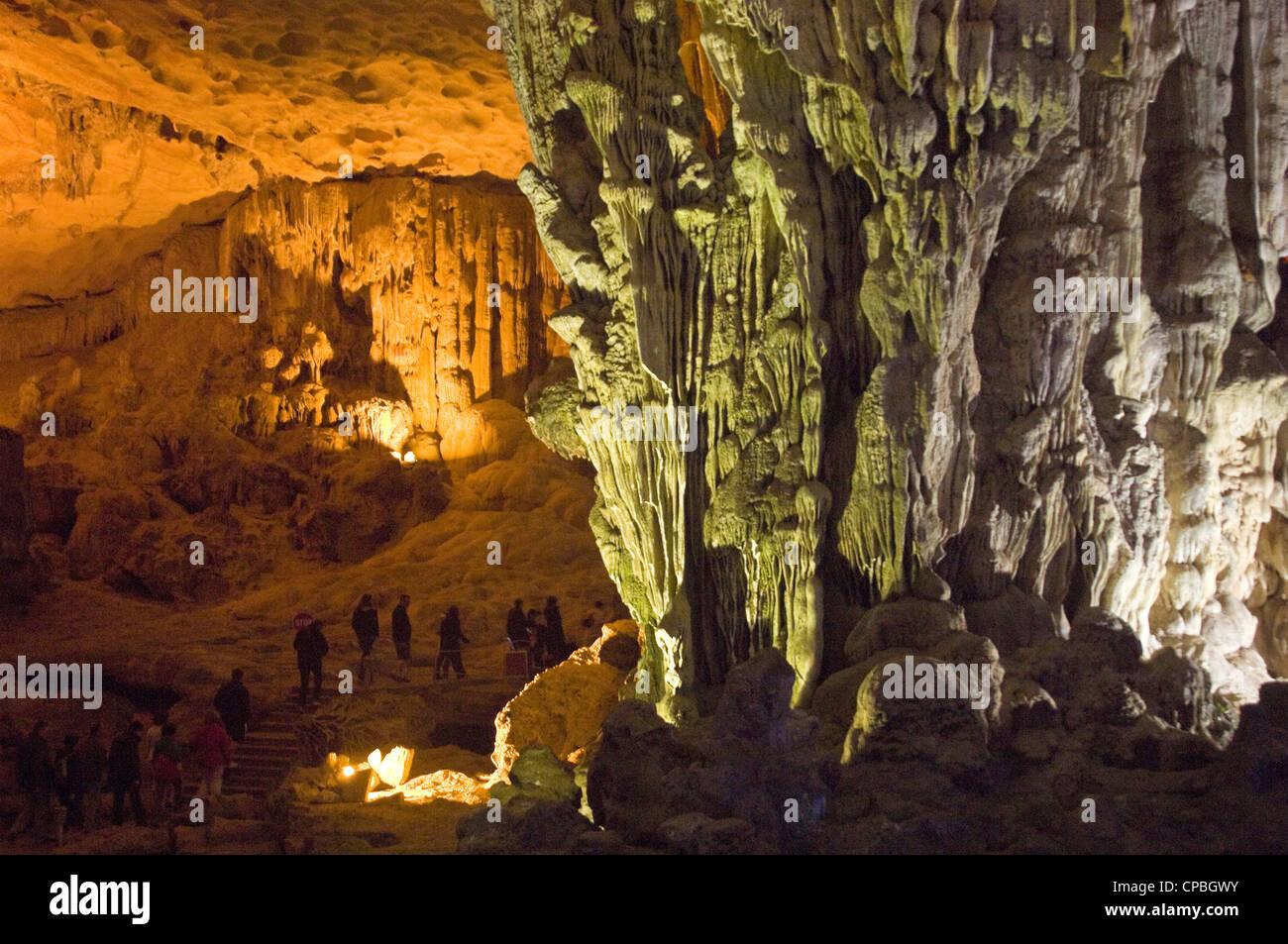 Vue horizontale à l'intérieur de Hang Sung Sot [amazing ou surprenantes caves] une grotte sur l'Île Bo député dans la baie d'Halong. Banque D'Images