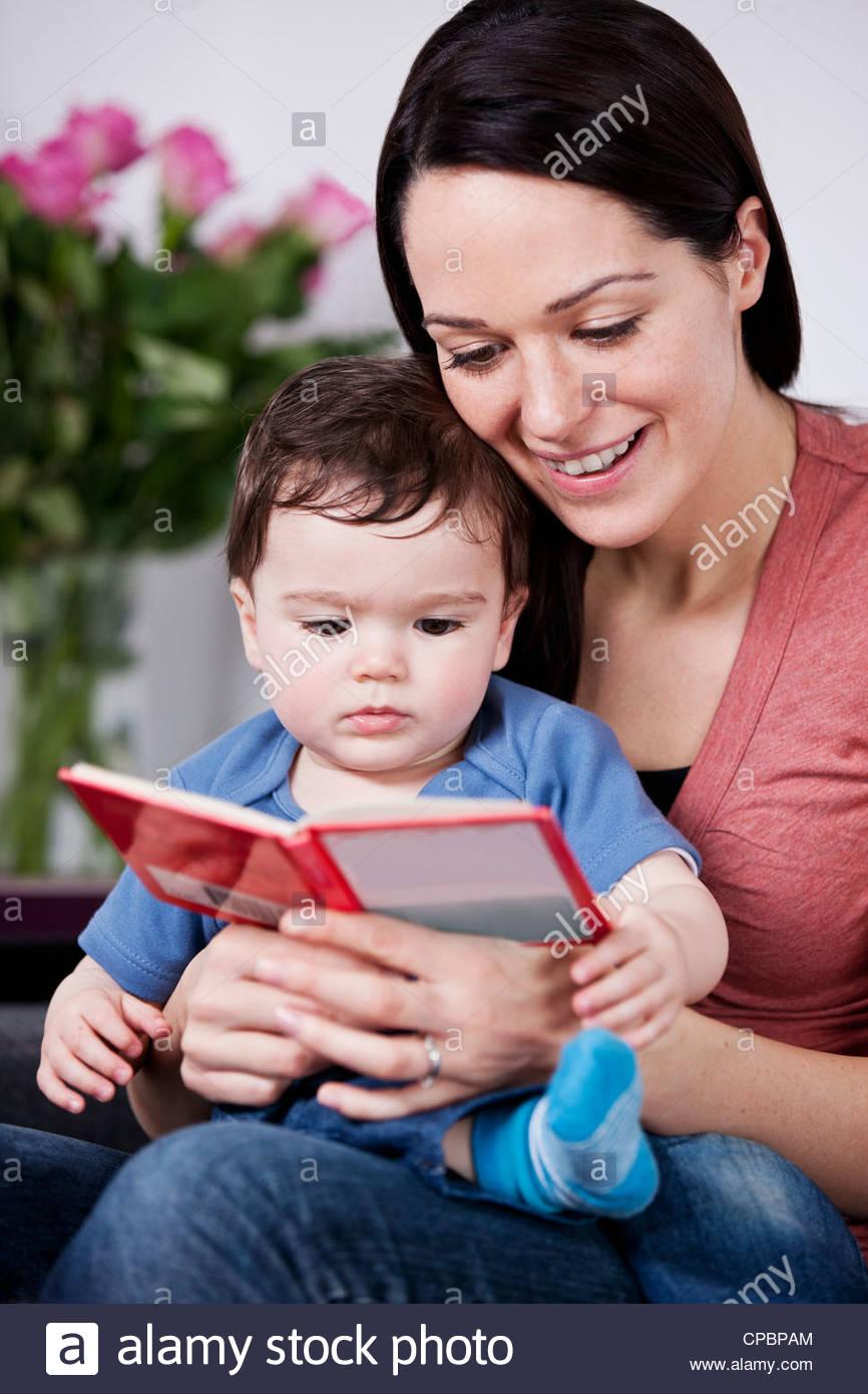 Une mère et son bébé de la lecture d'un livre Photo Stock