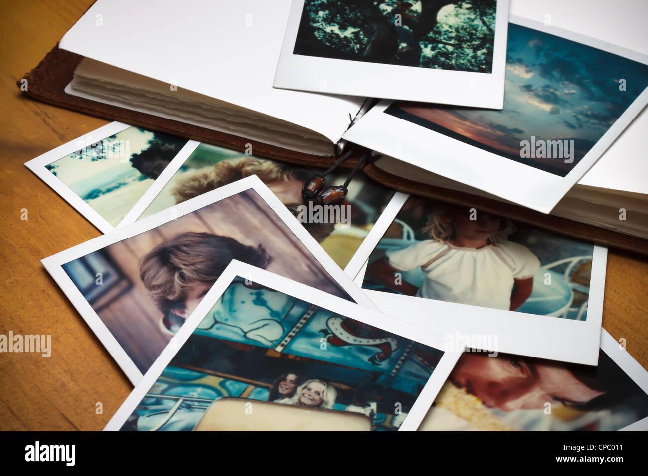 Un tas de vieilles photos et un journal pour consigner les souvenirs des temps passés. Photo Stock