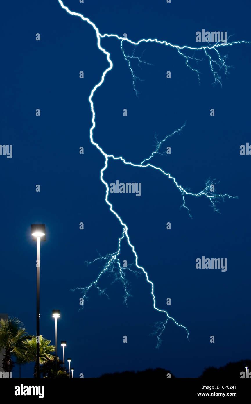 Éclair ciel nocturne sur l'éclairage de rue Photo Stock