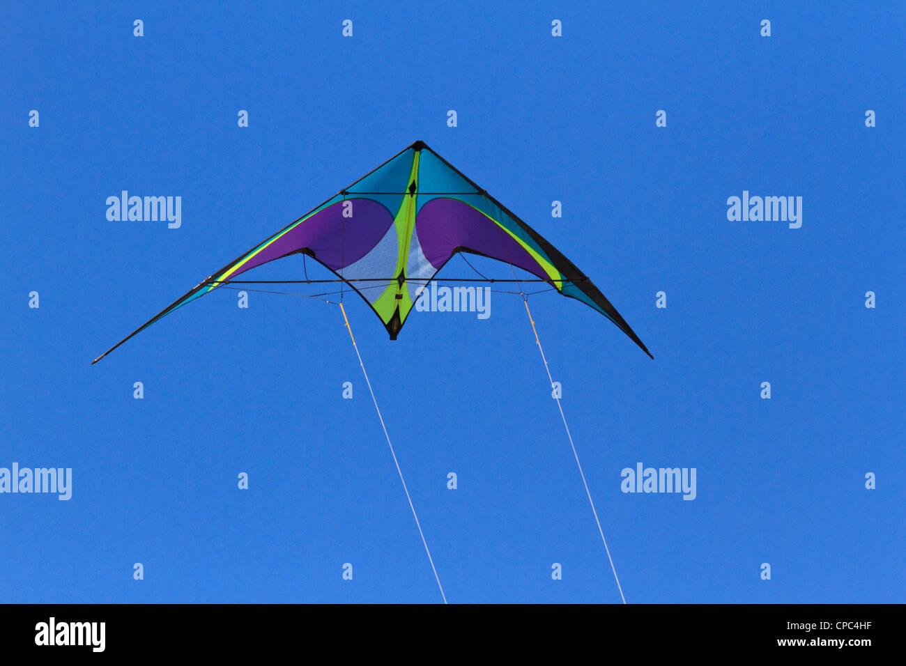 Cerf-volant contre un clair, bleu, ciel sans nuages. Photo Stock