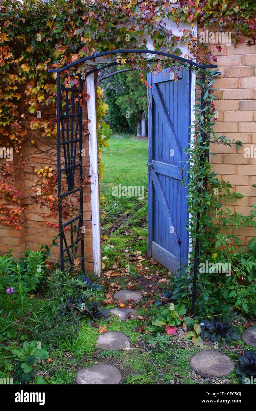 Porte de jardin, jardin secret de la porte ouverte Banque D'Images