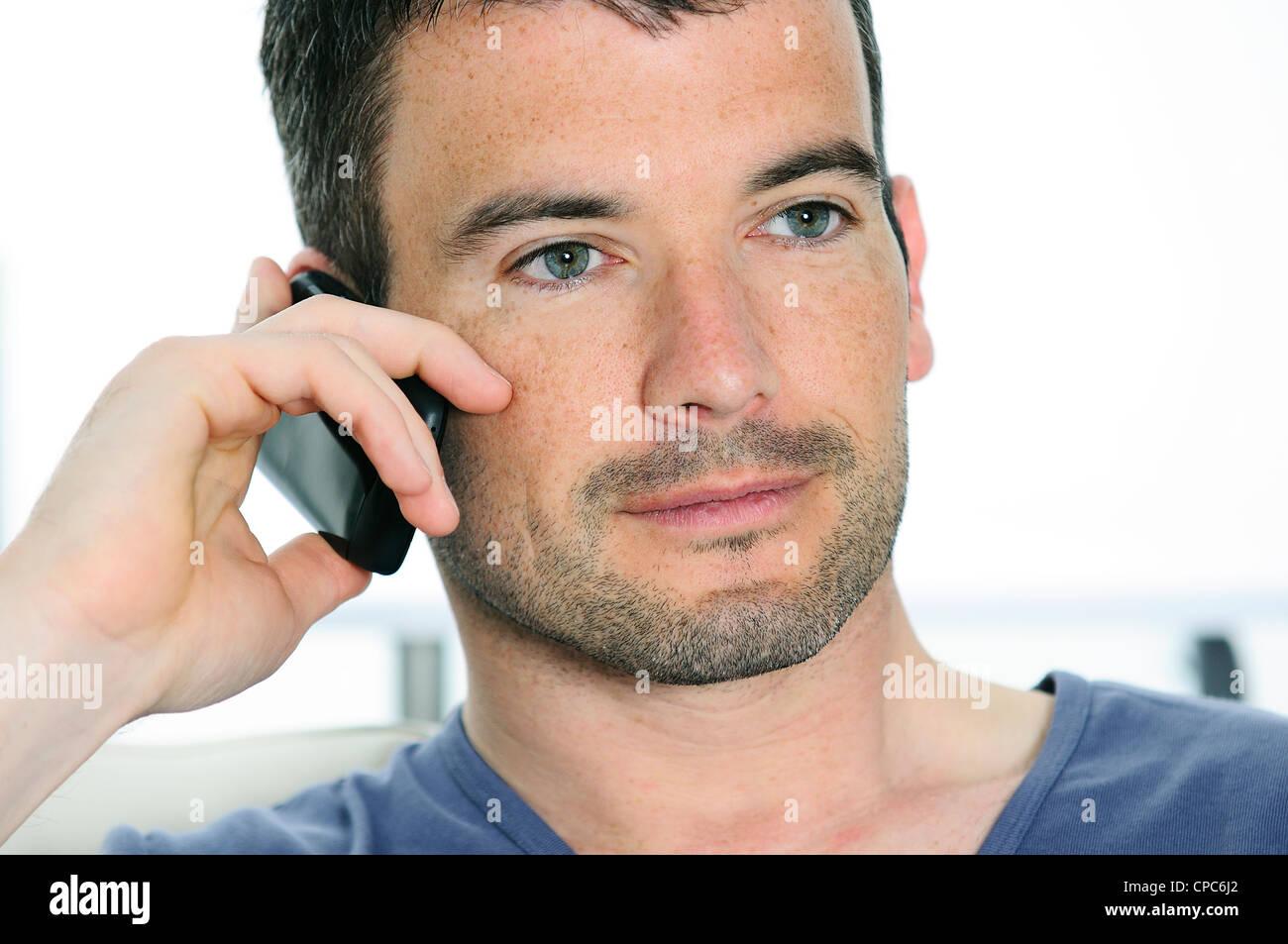 Homme détendue avec avoir une communication avec un cellephone Photo Stock