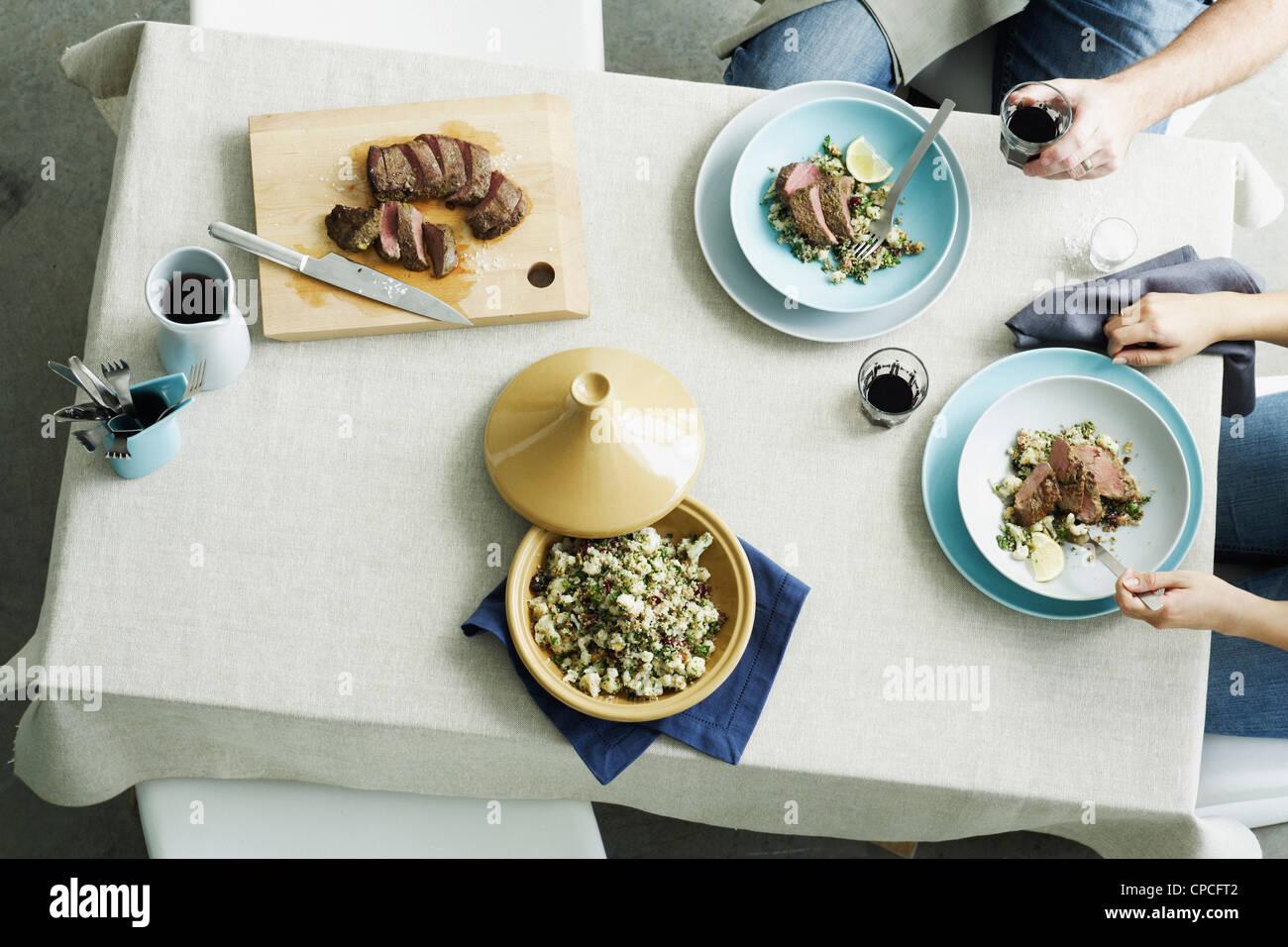 Vue de dessus de la viande et du riz à table Photo Stock
