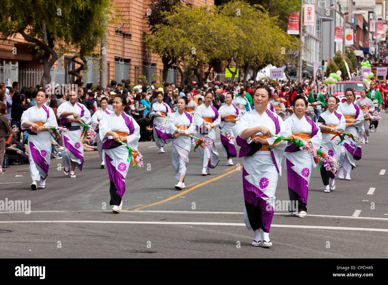 Les femmes qui exécutent la danse traditionnelle japonaise dans un défilé Photo Stock