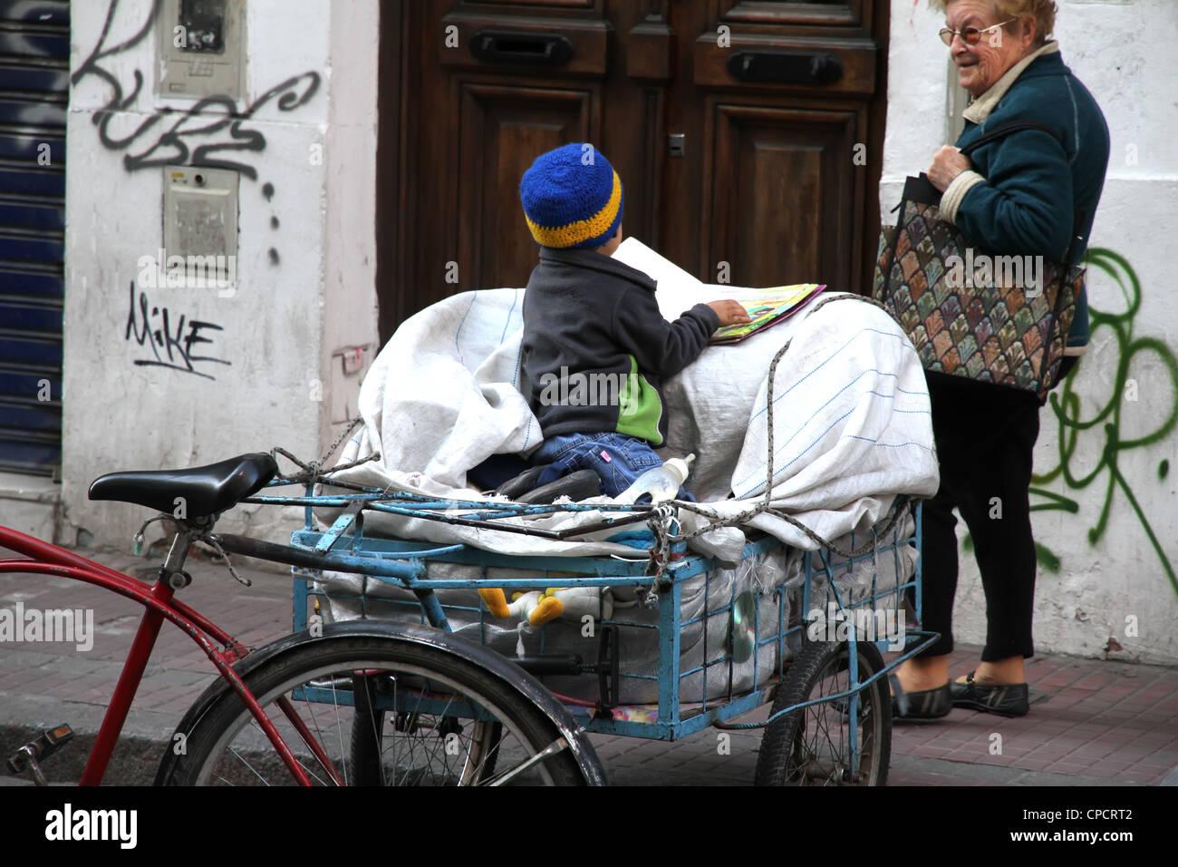 Un enfant pauvre mendiant à une vieille femme. Photo prise ...