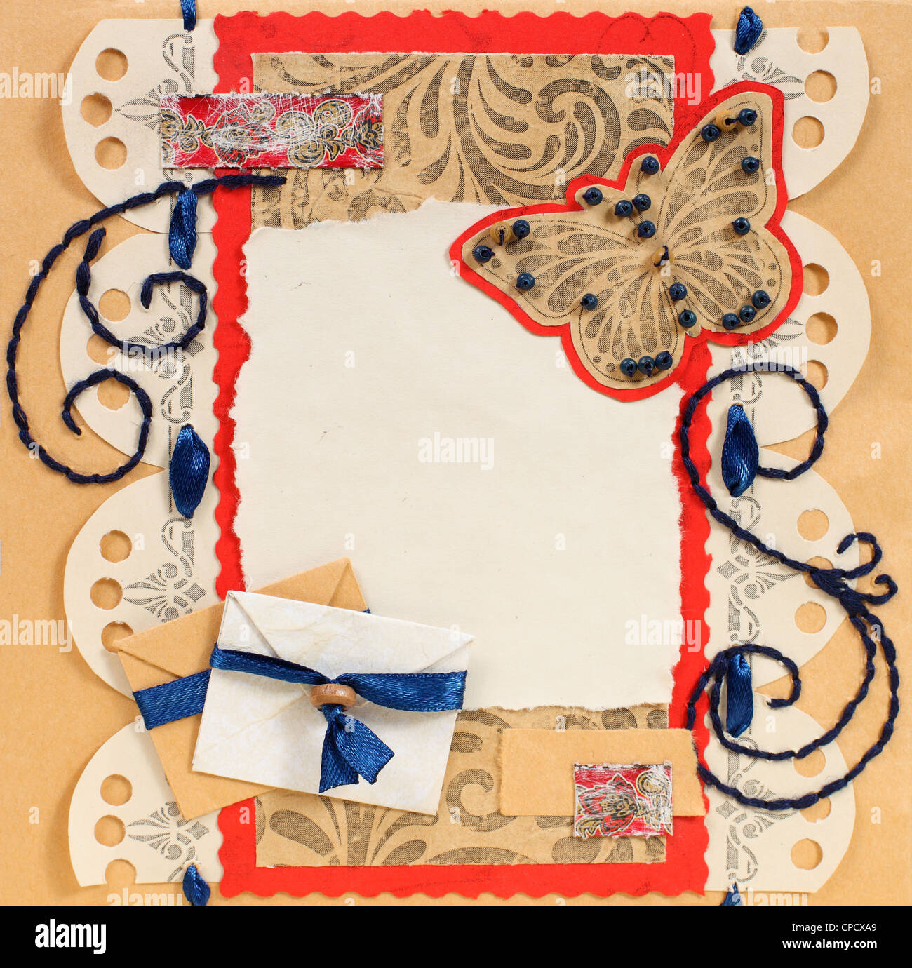 Ancien cadre Photo Album avec Papillon et enveloppes Photo Stock