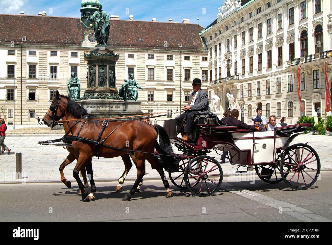 Balade en calèche à la Hofburg, Site du patrimoine mondial de l'UNESCO, Vienne, Autriche, Europe Banque D'Images