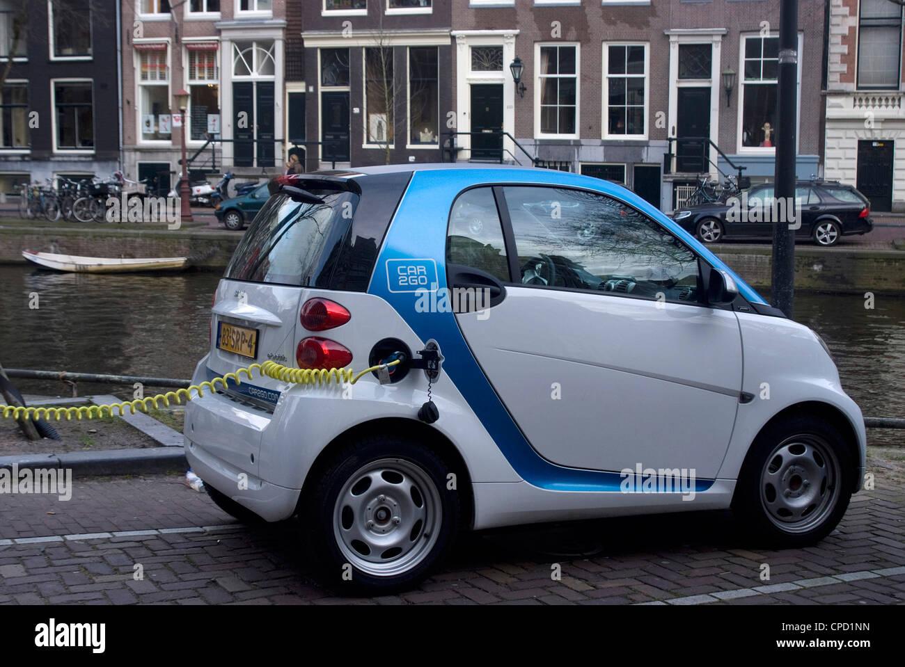 La recharge d'une voiture électrique, Amsterdam, Pays-Bas, Europe Photo Stock