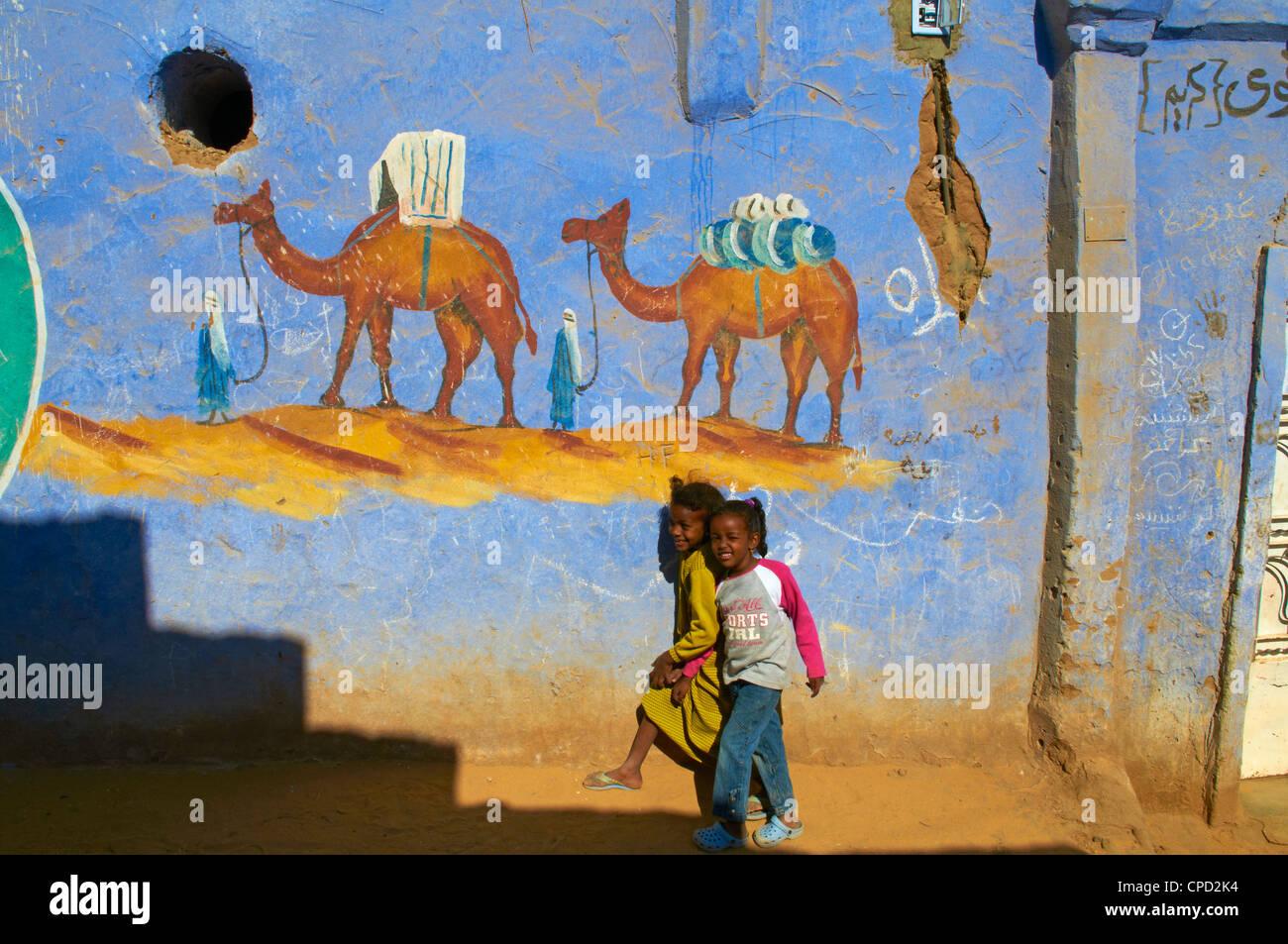 Peint nubien Village près d'Assouan, Egypte, Afrique du Nord, Afrique Photo Stock
