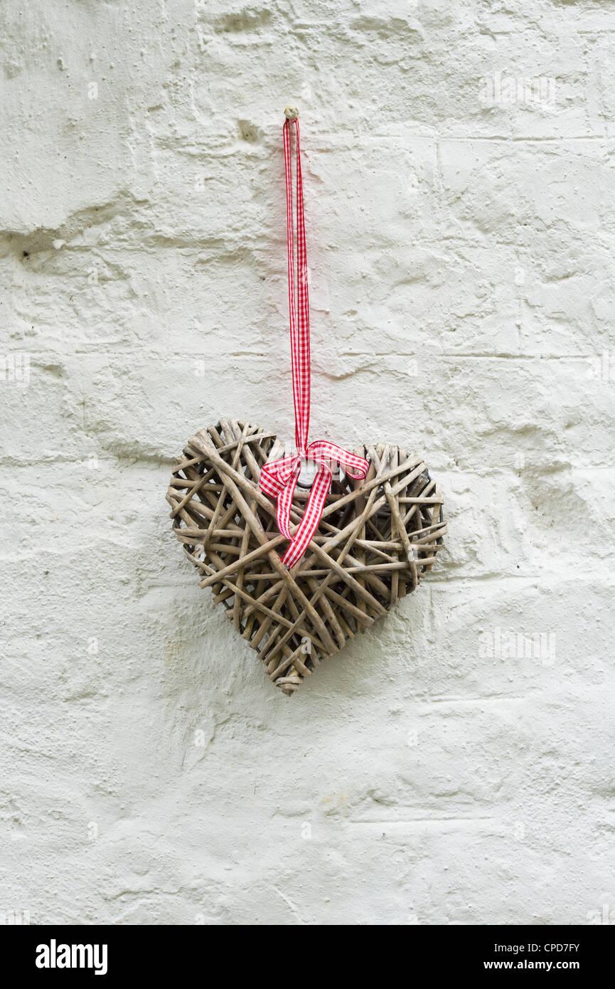 Coeur en bois artisanal sur un mur de maison. UK Banque D'Images