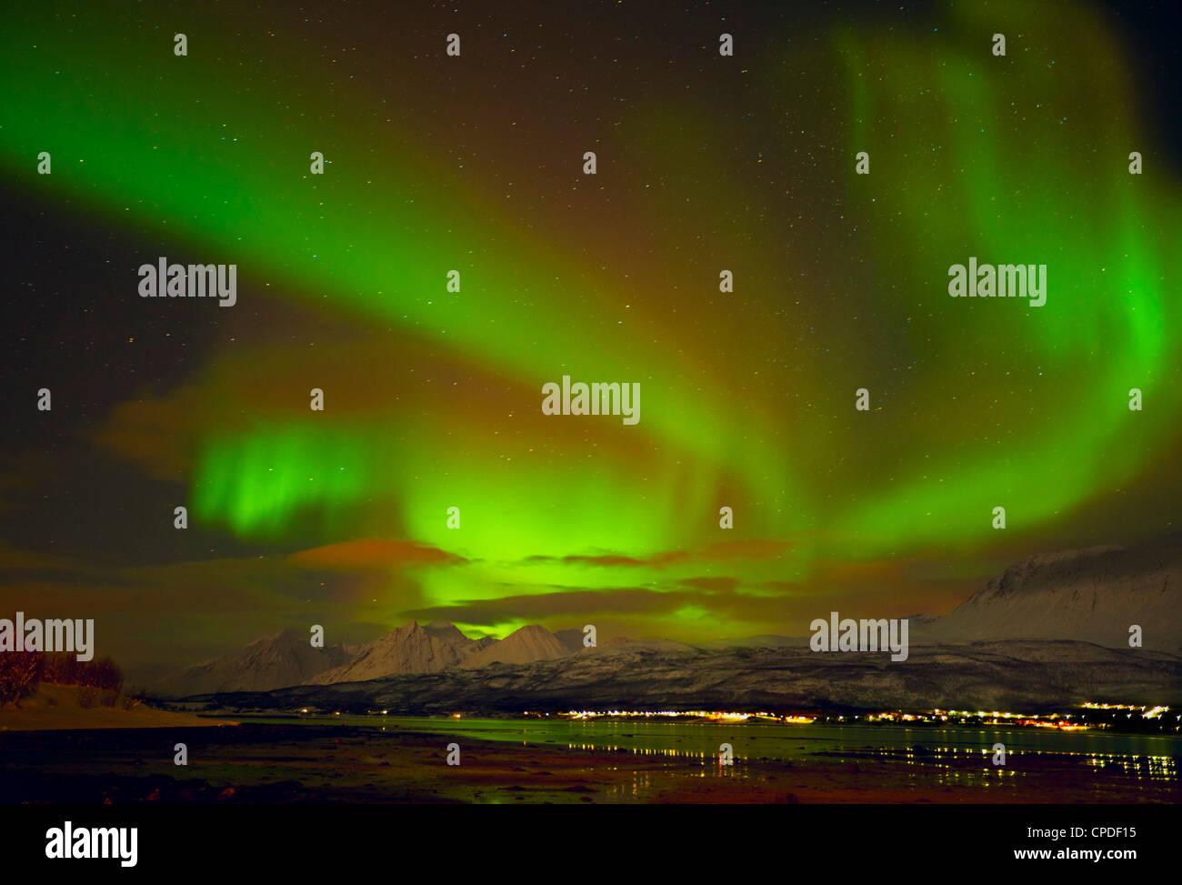 Aurore boréale vu au Alpes de Lyngen, de Sjursnes, Ullsfjord, Troms, Norvège du Nord, en Scandinavie, en Europe Banque D'Images