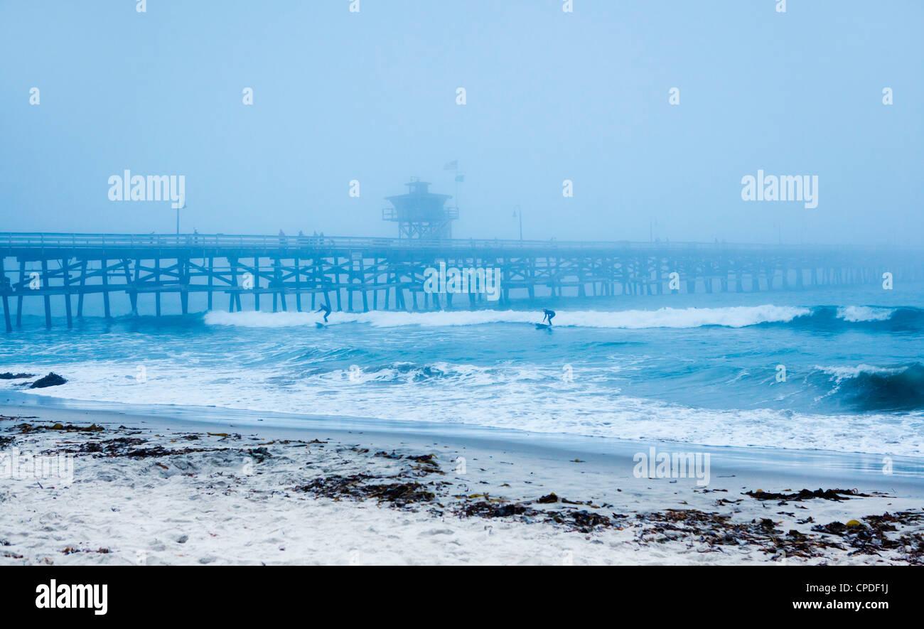 San Clemente pier des surfeurs en un jour brumeux, en Californie, États-Unis d'Amérique, Amérique Photo Stock