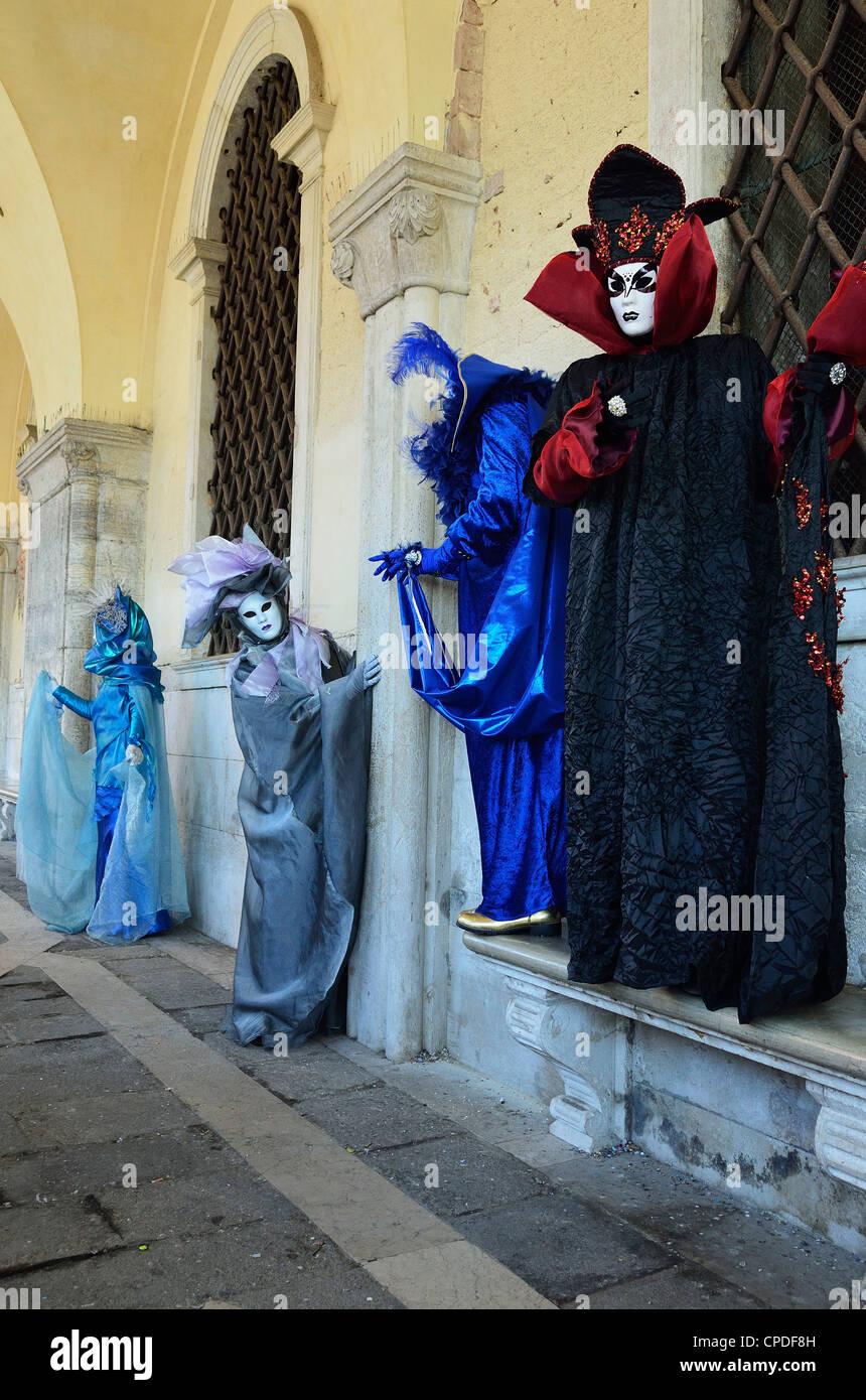 Figures masquées en costume au Carnaval 2012, Venise, Vénétie, Italie, Europe Photo Stock
