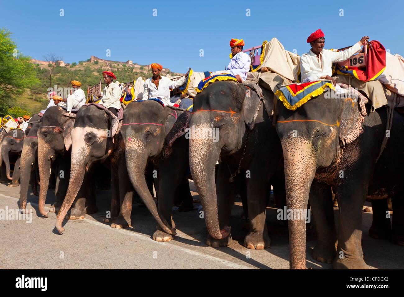 Les touristes en attente d'éléphants à l'Amber Fort près de Jaipur, Rajasthan, Inde, Photo Stock