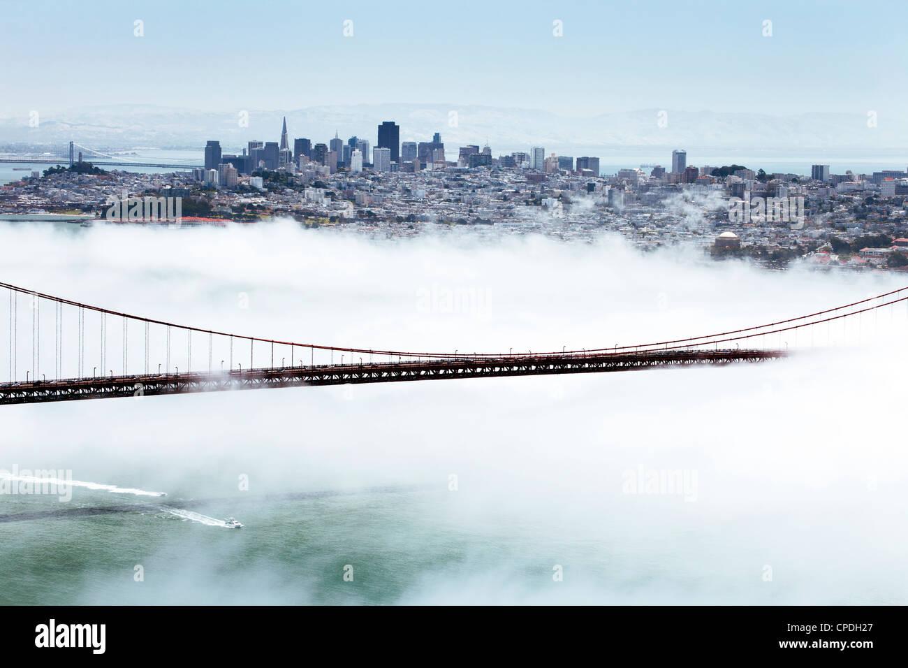 Golden Gate Bridge et l'horizon de San Francisco flottant au-dessus du brouillard sur un jour brumeux de San Photo Stock