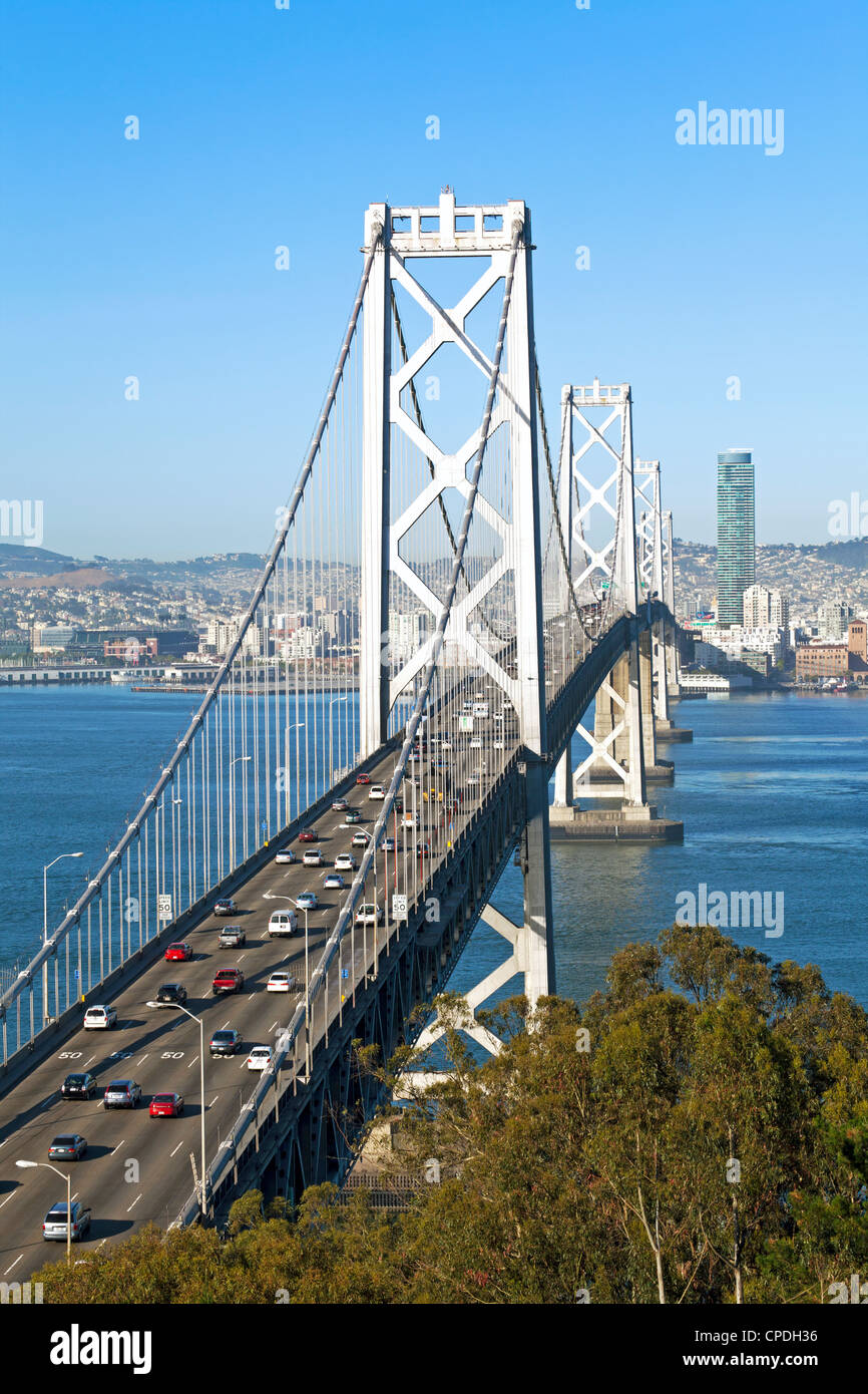 Oakland Bay Bridge et sur les toits de la ville, San Francisco, Californie, États-Unis d'Amérique, Amérique du Nord Banque D'Images