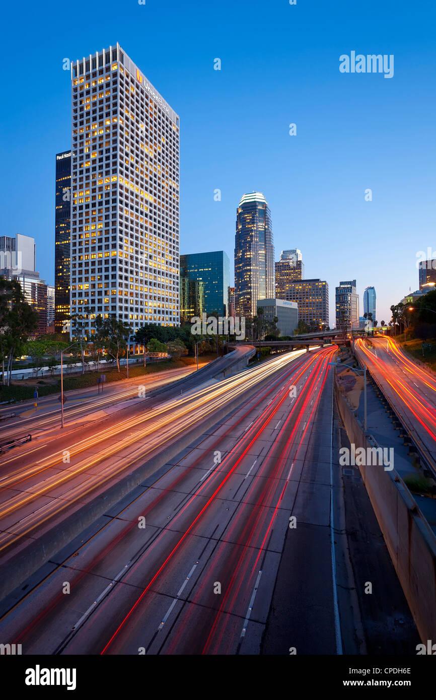 L'autoroute 110 Harbour et du centre-ville de Los Angeles skyline, Californie, États-Unis d'Amérique, Photo Stock