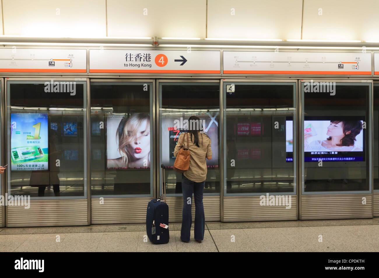En attente d'un train, Mass Transit Railway (MTR), Hong Kong, Chine, Asie Photo Stock