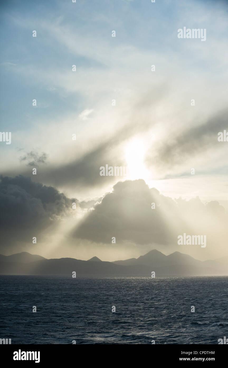 Nuages de tempête dramatiques et arbres de la lumière du soleil sur le Cuillin sur l'île de Skye Photo Stock