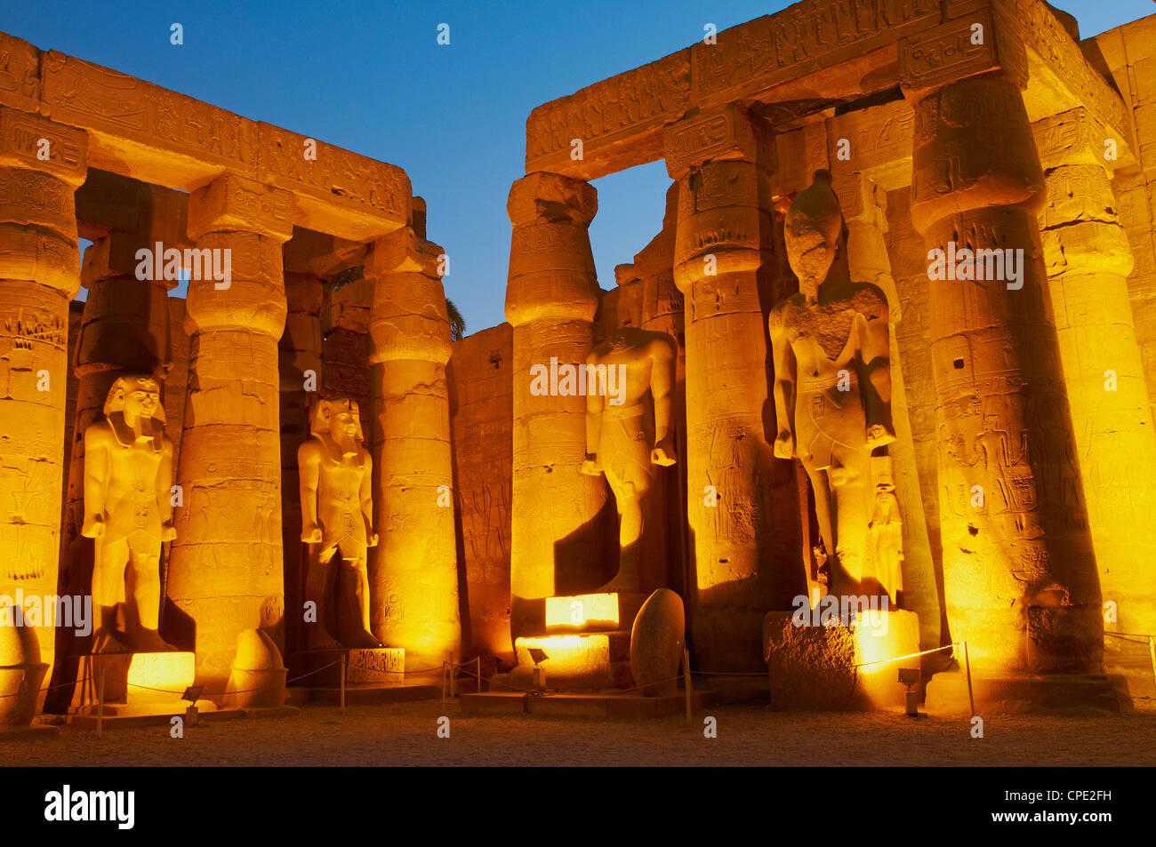 Grande cour de Ramsès II et de statues colossales de Ramsès II, temple de Louxor, Thèbes, Egypte, Photo Stock
