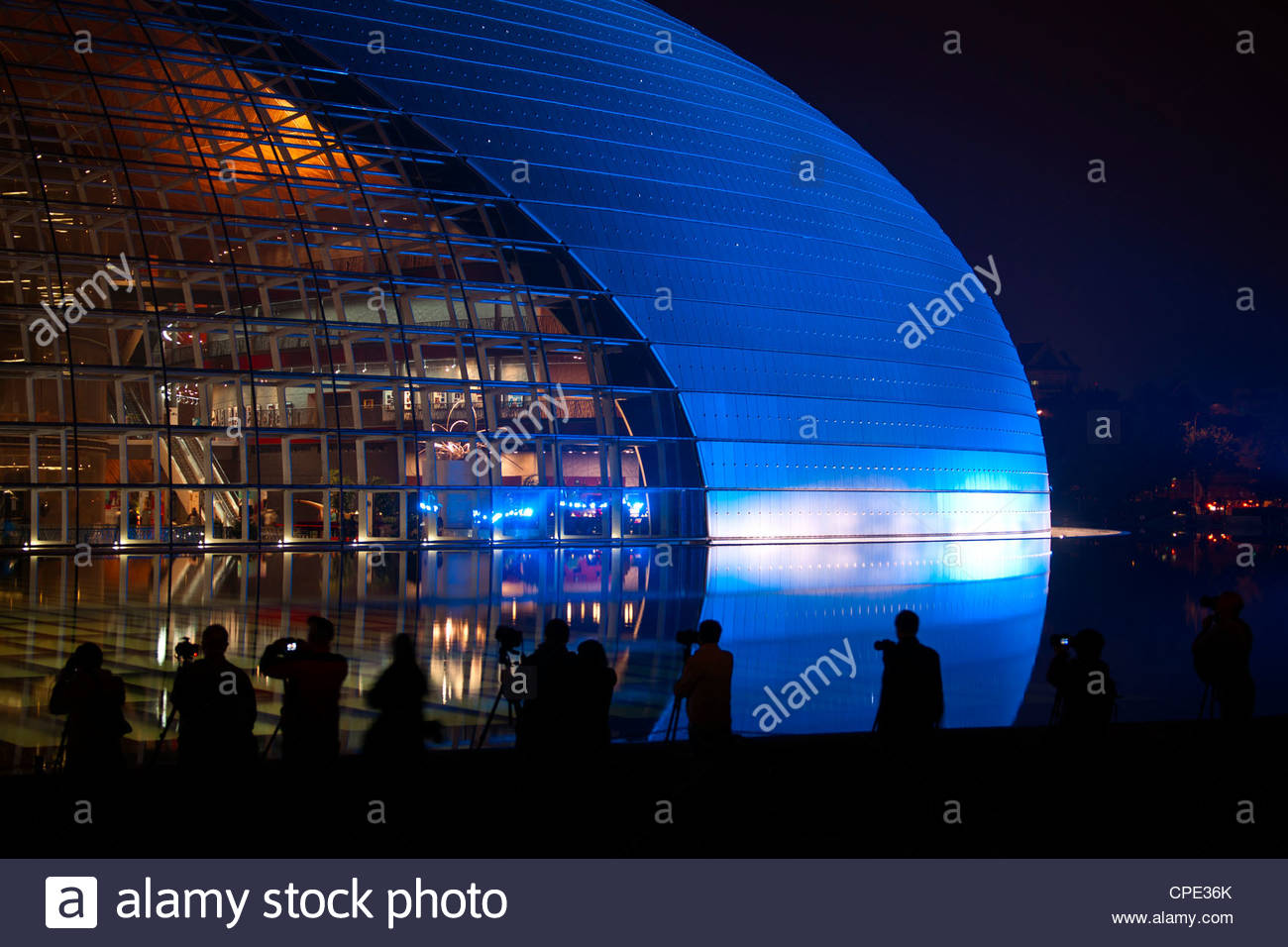 National Centre for the Performing Arts, éclairés en bleu de lumière la nuit pendant la journée Photo Stock