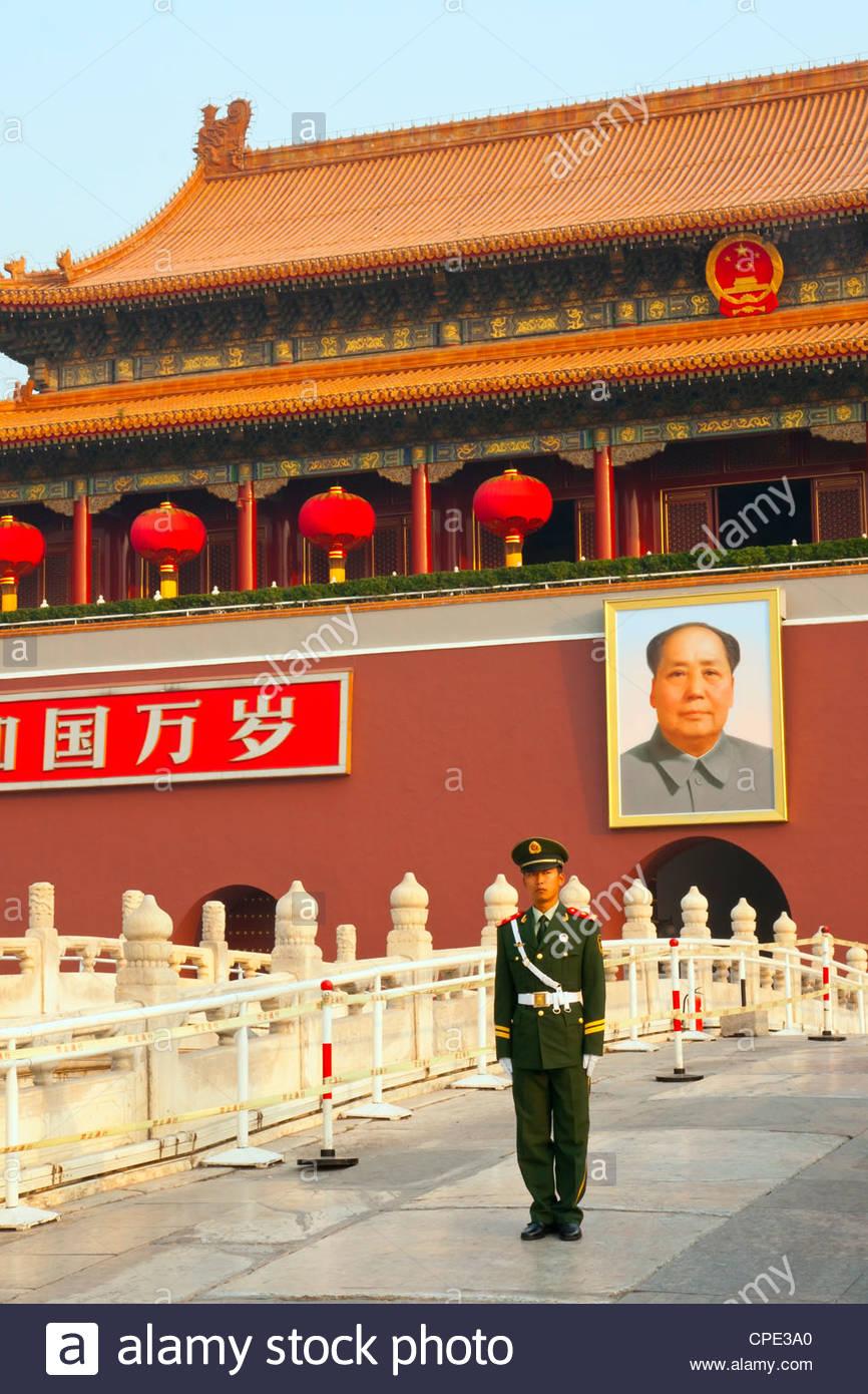 Peuples autochtones La police armée garde avec portrait de Mao Zedong, Heavenly Gate entrée de la Cité Photo Stock