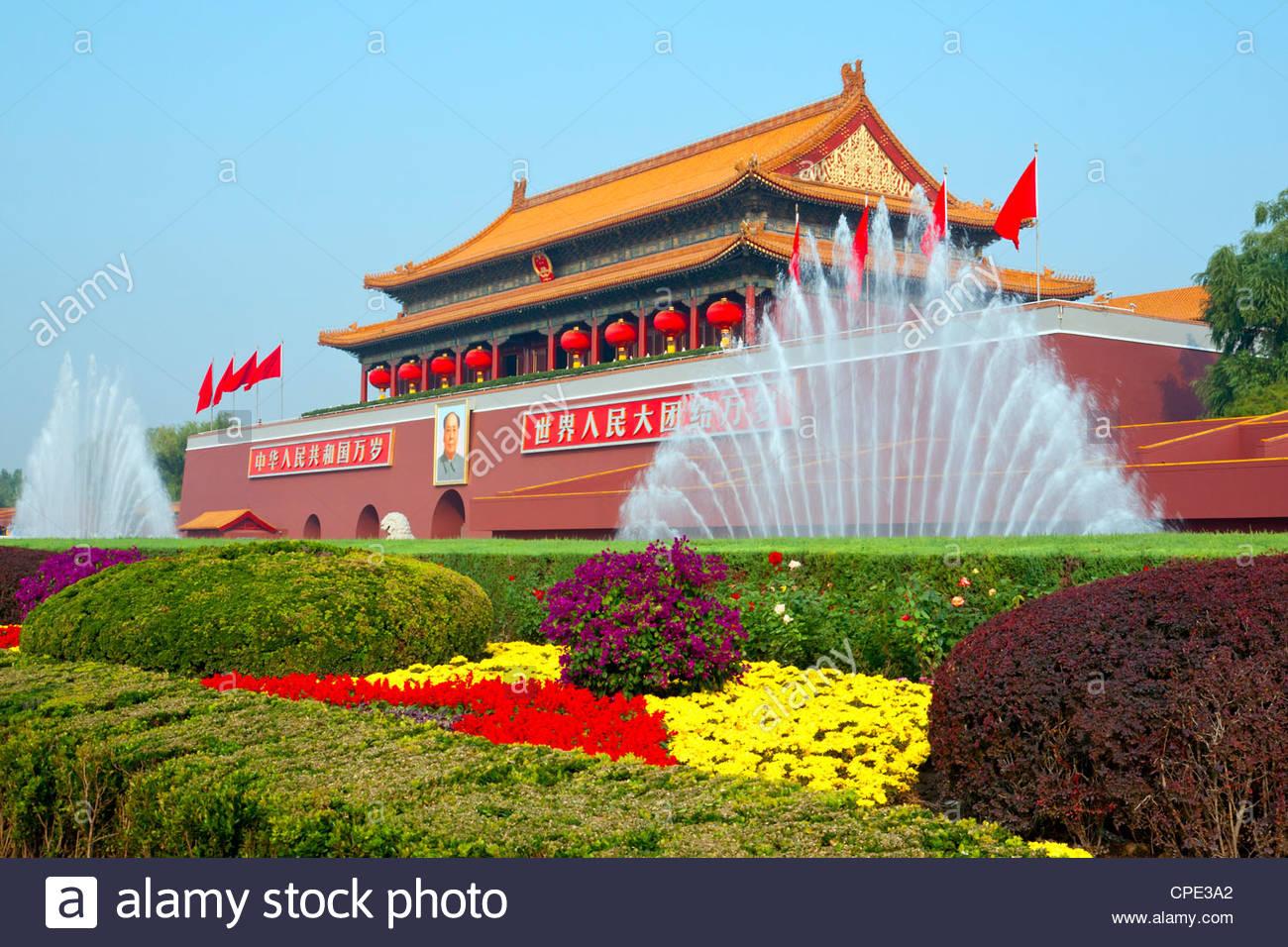 La porte céleste de la Cité interdite d'entrée décoré de fontaines et de fleurs pendant Photo Stock