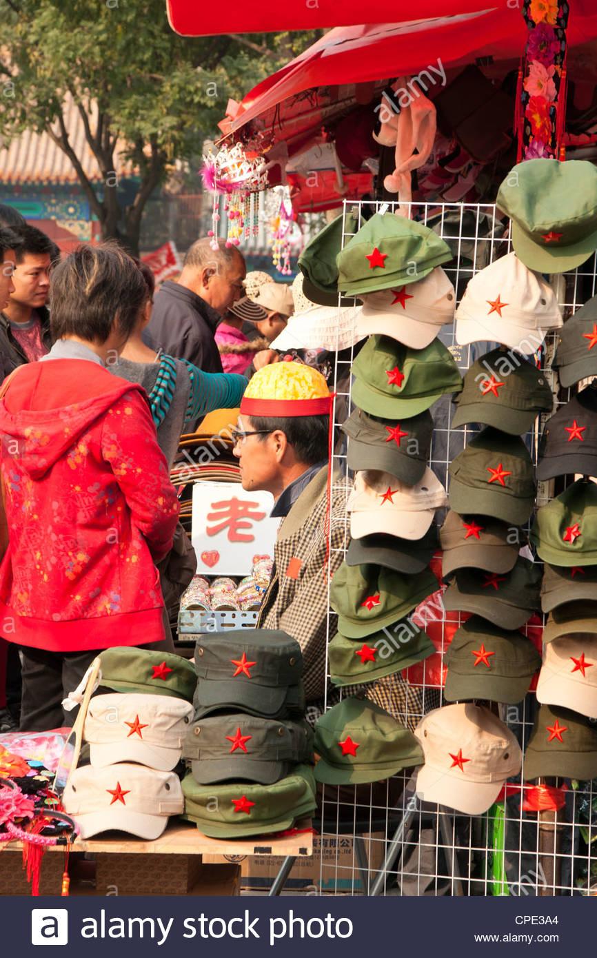Caps chinois à vendre à l'extérieur de la Cité Interdite, Beijing, China, Asia Photo Stock