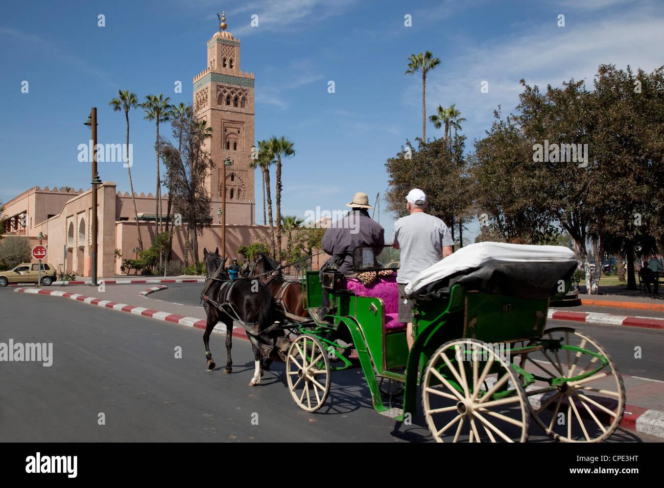 Mosquée de Koutoubia Minaret et calèche, Marrakech, Maroc, Afrique du Nord, Afrique Photo Stock