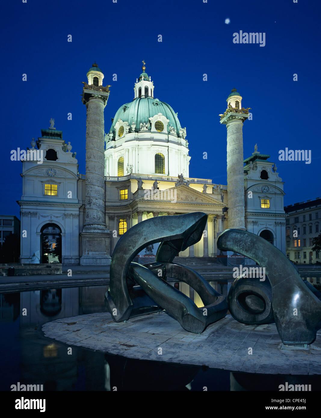 Karlskirche la nuit avec Henry Moore sculpture en premier plan, Vienne, Autriche, Europe Photo Stock