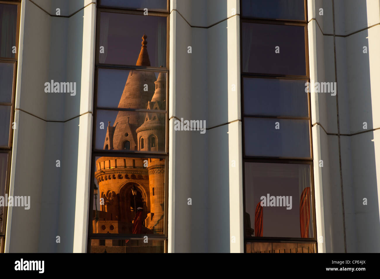Bastion des Pêcheurs (Halaszbastya) reflétée dans les fenêtres de l'hôtel Hilton, Buda, Photo Stock