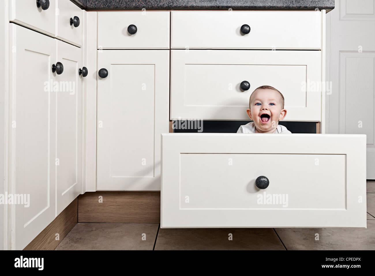 Smiling Baby Girl à tiroir de cuisine Photo Stock