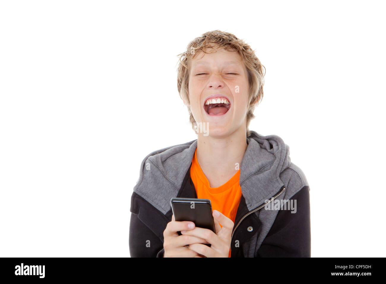 Rire de l'enfant lit un message sur téléphone cellulaire ou mobile Photo Stock