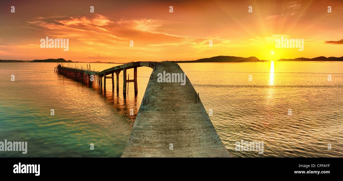 Le lever du soleil sur la mer. Pier sur l'avant-plan. Panorama Photo Stock