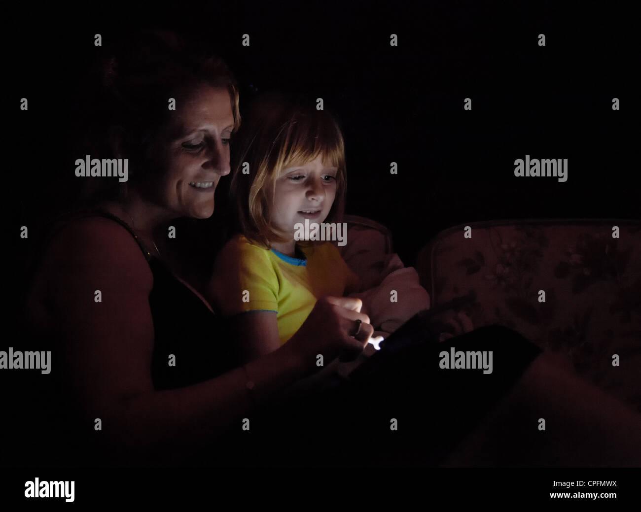 Une mère et sa fille de jouer à un jeu vidéo. Photo Stock