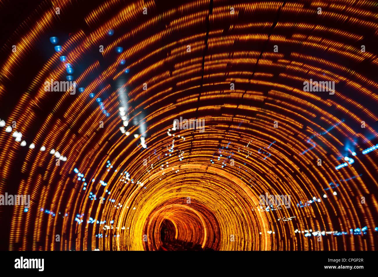 Feux orange psychédélique dans le bund sightseeing tunnel sous la rivière Huangpu Shanghai Chine Photo Stock